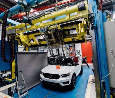 Volvo Cars y POC desarrollan la primera prueba mundial de choque entre vehículos y cascos para ciclistas